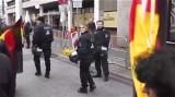 Polizei in Hannover! Deutsche Fahne runter!